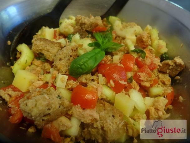Panzanella con pane integrale, tonno e olive