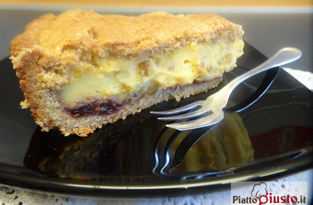 Torta con crema pasticcera, grano cotto Senatore Cappelli e amarena